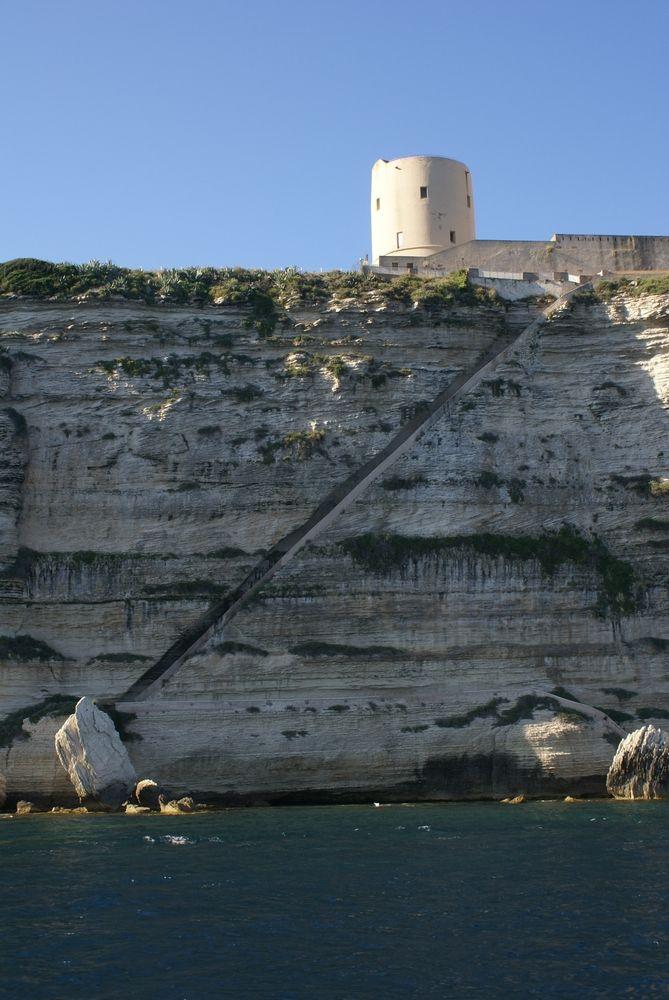 L'Escalier du roi d'Aragon, vu de la mer