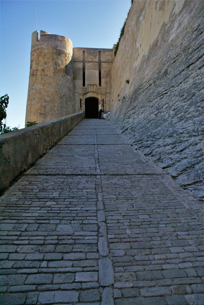 La montée Saint-Roch et la porte de Gênes