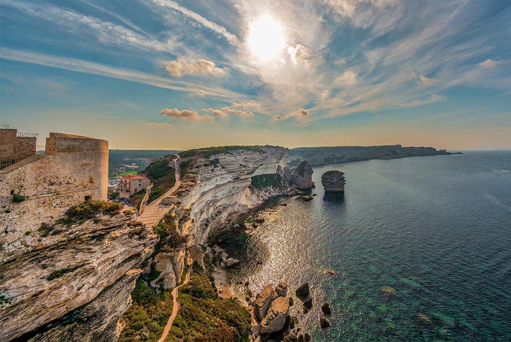 Les falaise de Bonifacio, vues de la place du Marché