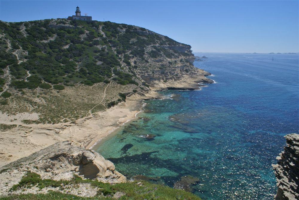 La plage et le phare de Pertusato, vus du Cap Pertusato