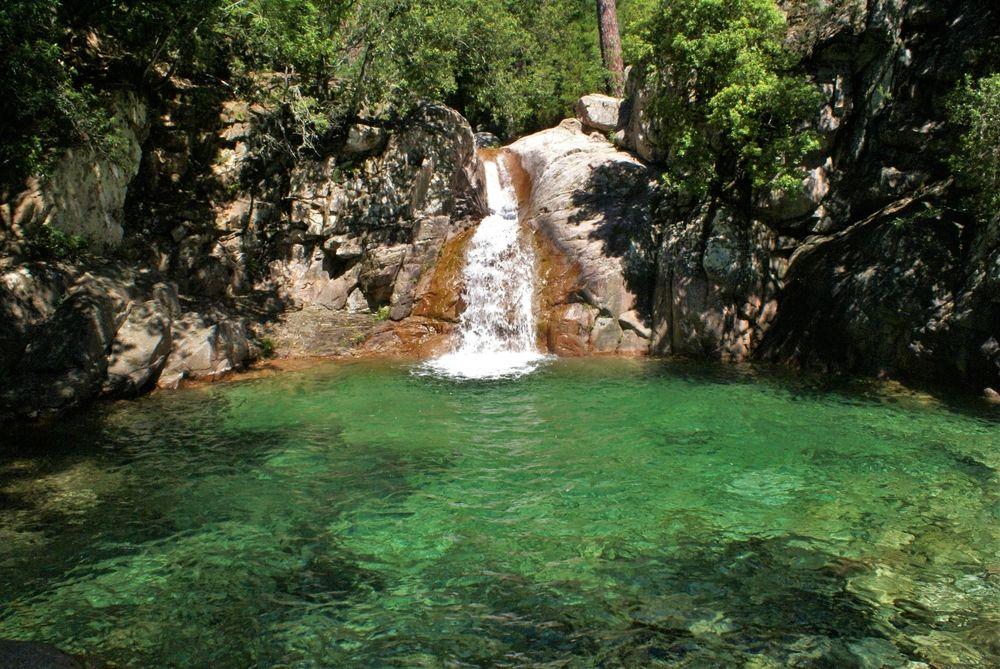 Première piscine naturelle et sa cascade