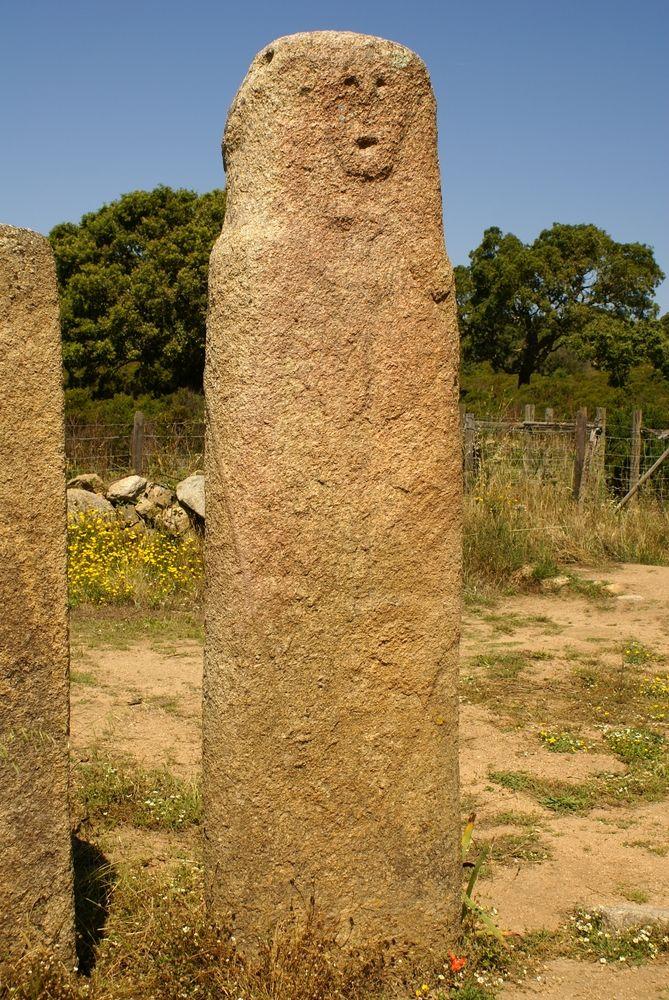 Cauria IV : on distingue une épée sur ce menhir.