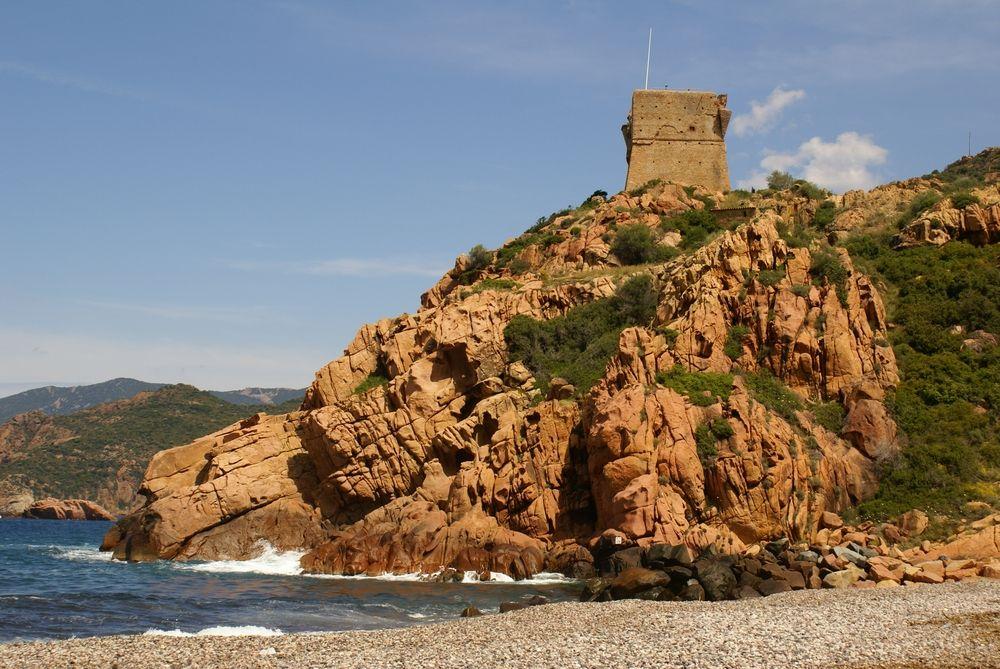 Tour génoise de Porto, vue de la plage